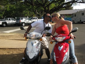 kissing-on-2-mopeds